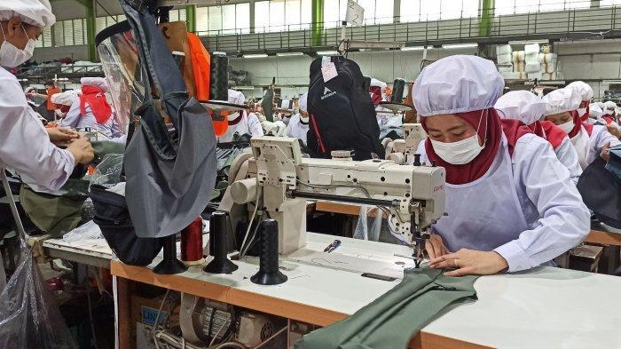 Pembuatan ransel Eiger di pabrik  PT Eigerindo Multi Produk Industri, katapang, Kabupaten Bandung