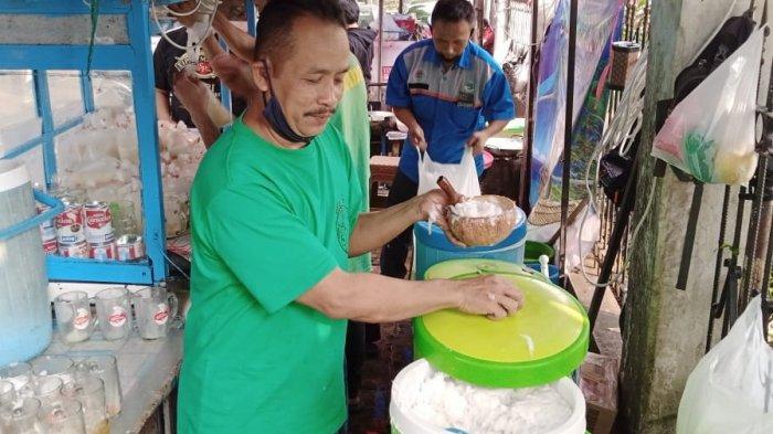 Sabar Menunggu Antrean untuk Membeli Es Kelapa Muda Si Madu di Jalan Tamansari