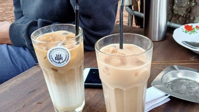 Es kopi susu dan milk tea (kanan) di 372 Kopi Dago Pakar