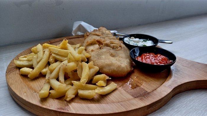 Satu porsi fish anda chips yang terdiri dari ikan dori tepung, kentang goreng, saus tartar, dan saus sambal.