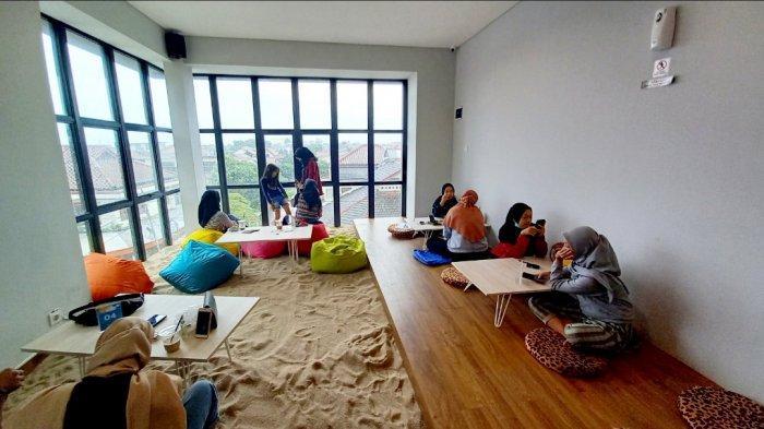 Area non smoking full AC di lantai tiga  Garis Pantai Coffee and Indoor Beach. Di area ini tempat tongkrongannya berkonsep lesehan, serta berlantaikan pasir.