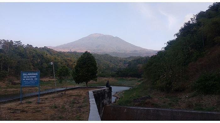 Gunung Ciremai dipandang dari embung Sindangpanon, Rajagaluh, Majalengka