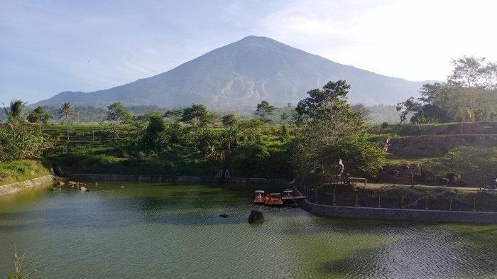 Gunung Ciremai dilihat dari objek wisata Gunung Hayu, Desa Randobawa Hilir, Kecamatan Mandirancan, Kabupaten Kuningan