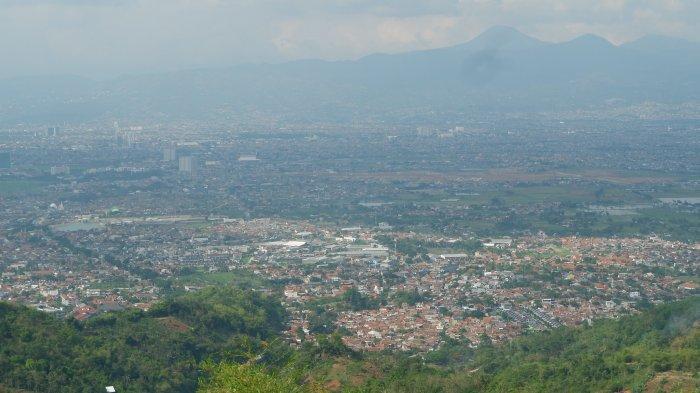 Gunung Koromong yang berada di perbatasan Kecamatan Arjasari dan Baleendah, Kabupaten Bandung