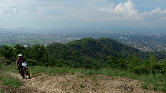 Menjajal Gunung Koromong di Bandung Selatan, Berjalan, Bersepeda, atau Bermotor Trail Sama Asyiknya