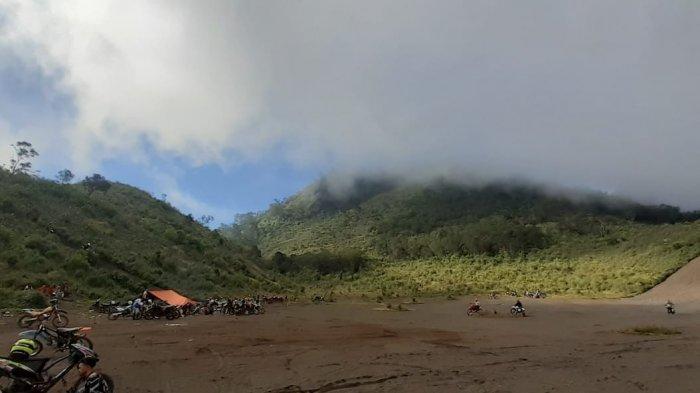 Hamparan pasir Gunung Sanghyang Buruan antara Gunung Guntur dan Gunung Masigit, Kabupaten Garut