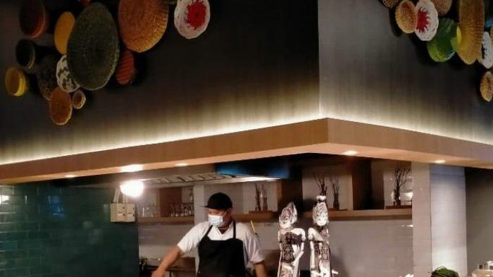 Koki menyiapkan makanan untuk berbuka puasa di Hotel Batiqa Karawang