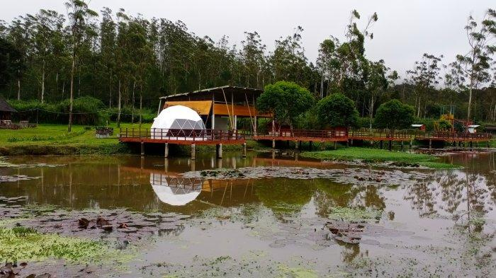 Satu unit iglo didirikan di tepi Danau Tegal Kawani di tempat wisata Rancaupas, Rancabali, Kabupaten Bandung.