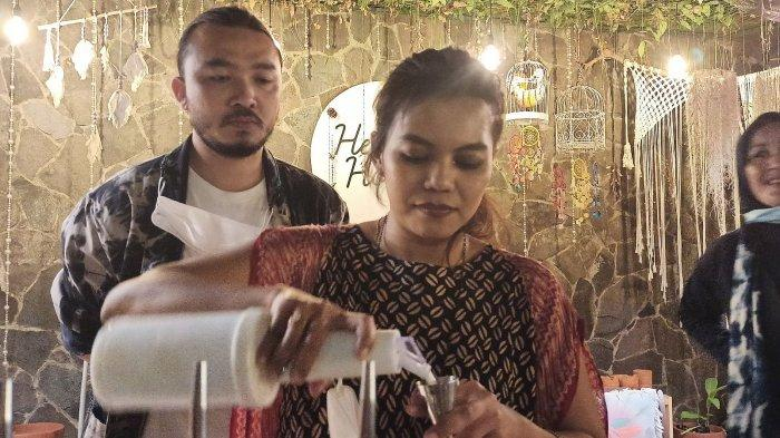 Indonesia Coffee Maker Champion 2018, Irmaroseta sedang meracik kopi