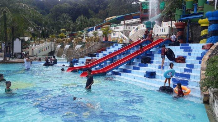 Suasana kolam renang di Jatiluhur Valley and Resort saat libur lebaran, Minggu (16/5/2021)