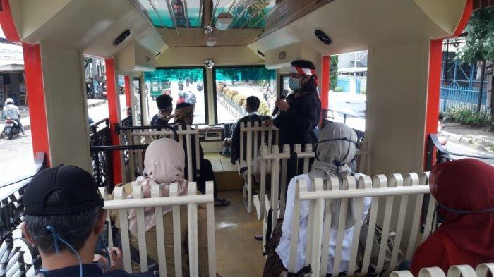 Pemandu dari Tjimahi Heritage sedang menjelaskan objek sejarah dalan Jelajah on the Bus Memperingati Hari Pahlawan