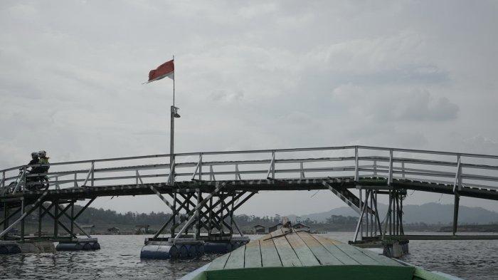 Jembatan apung Bucin di KBB dengan pemandangan Danau Saguling