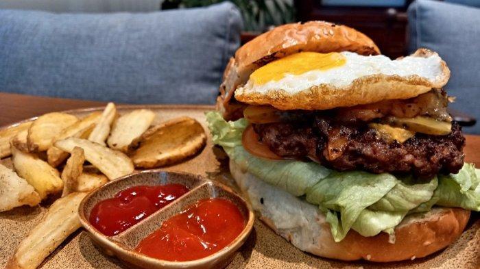 Sajian jenderal burger yaitu burger porsi besar khas Kedai Jenderal Kopi Nusantara Buwas, Jalan RE Martadinata