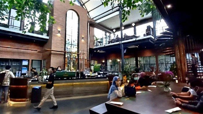 Tempat nongkrong indoor di main hall Jenderal Kopi Nusantara Buwas di Jalan RE Martadinata, Bandung,yang berkonsep industrial.