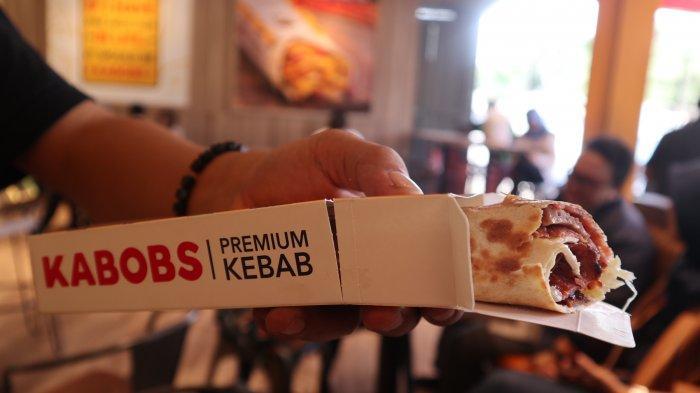 Tampilan kebab di Kabobs dengan irisan daging dan keju yang tebal