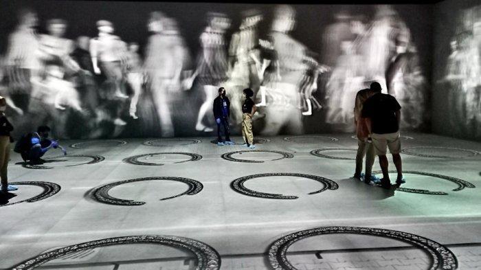 beberapa pengunjung antusias menyaksikan aneka digital art video maping yang ditampilkan di Kala.Borasi di PVJ Mal