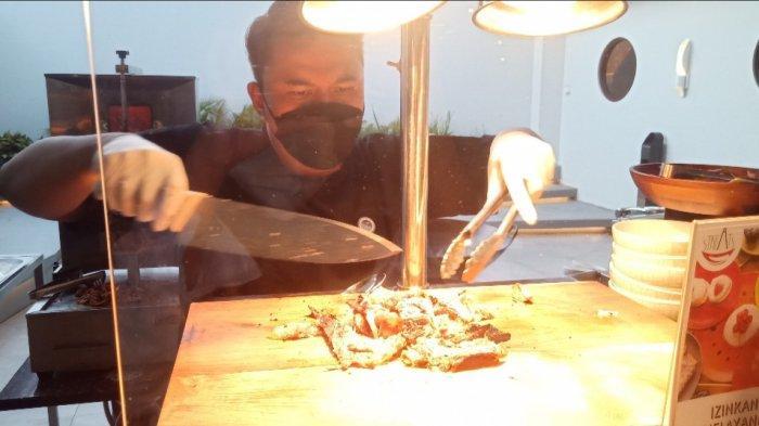 Executive Chief Pullman & ibis Styles Bandung Grand Central, Himawan Kristianto sedang memotong daging kambing