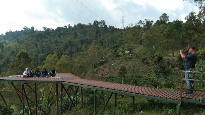 Suasana wisata di Kamojang Ecopark, Desa Cisarua, Kecamatan Samarang, Kabupaten Garut.