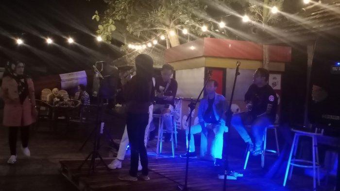 Acara malam di Vila Kampung Gunung Ciremai di Desa Cipari, Kecamatan Cigugur, Kabupaten Kuningan