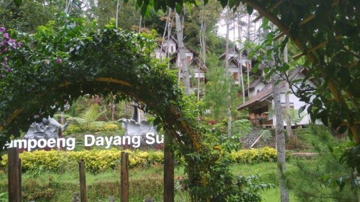 Tampak gerbang masuk Kampung Dayang Sumbi yang berlokasi di Jalan Dago Giri No 2.2, Desa Mekar Wangi, Kecamatan Lembang, Kabupaten Bandung Barat.