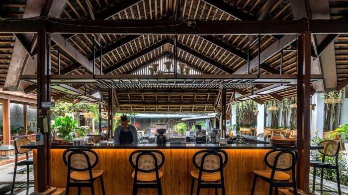 Kedai Nyonya Rumah yang berada di Jalan Naripan No 92 C, Kota Bandung, dengan suasana seperti beach club Bali