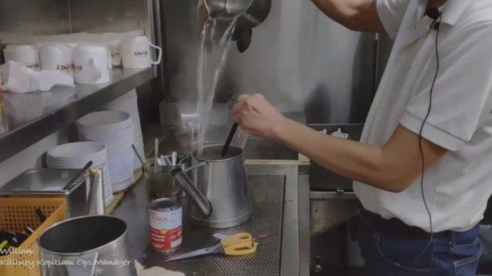 William saat proses membuat kopi secara tradisiona