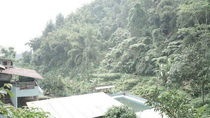 Dua kolam di  Sendang Geulis Kahuripan yang berlokasi di Kampung Cilangkop Desa Ganjarsari, Kecamatan Cikalong Wetan, Kabupaten Bandung Barat