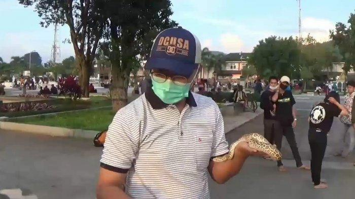 Salah seorang anggota komunitas reptil Sumedang