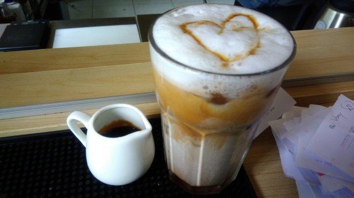 kopi yang dicampur santan sebagai pengganti susu