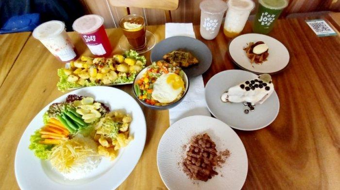 Beberapa menu andalan di Lacamera Coffee, Laca Bowl, salted egg chicken bomba, tahu cabe garam, aneka jus sehat (Jooz Bar), aneka kue, dan aneka croissant waffle.