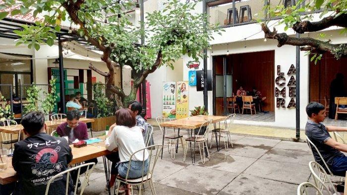 Suasana outdoor Lacamera Coffee