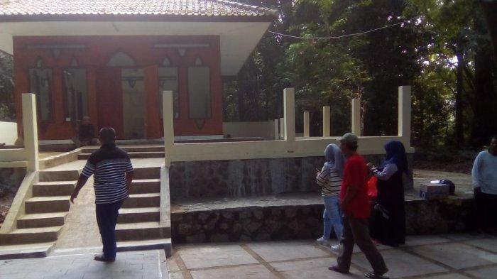 Suasana wisata religi makam Pangeran Muhammad di Kelurahan Cicurug, Kecamatan/Kabupaten Majalengka, Jumat (14/5/2021).
