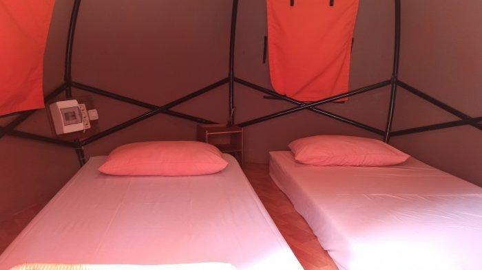 Area dalam tenda kemping di The Lodge Maribaya