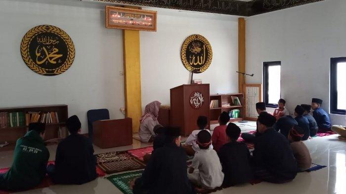 Kegiatan di Masjid Al Majid Jalan H Mulya, Kampung Kawung Sari, Kelurahan Warga Mekar, Kecamatan Baleendah, Kabupaten Bandung