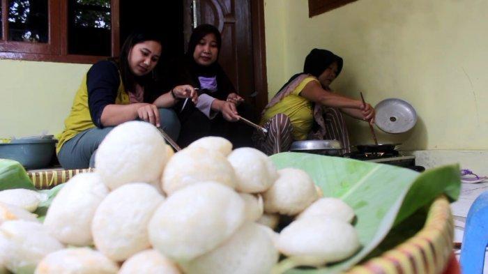 Masyarakat di Desa Kedokanbunder Wetan Blok Gopala, Kecamatan Kedokanbunder saat membuat kue apem yang merupakan tradisi rutin tahunan setiap bulan Safar, Rabu (14/10/2020)