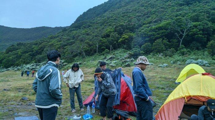 Sekelompok anak muda bersiap kamping di Gunung Gede Pangrango