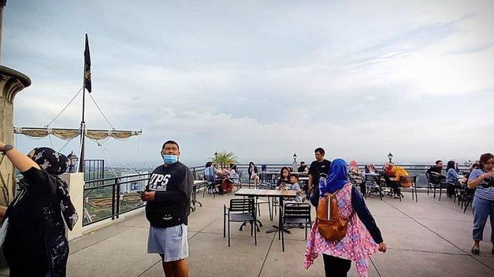wisata swafoto di Mercusuar Ccafe & Resto di Jalan Lembah Pakar Timur 2 No 7, Kecamatan Cimenyan, Kabupaten Bandung.