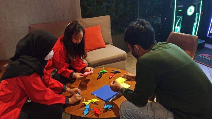 Tamu Hotel Moxy belajar origami
