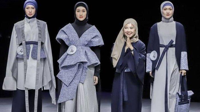 Perancang Widi Asari  (kanan depan) dengan karya-karya busananya di Muslim Fesyen Festival (Muffest) 2021 di Paskal 23,Bbandung