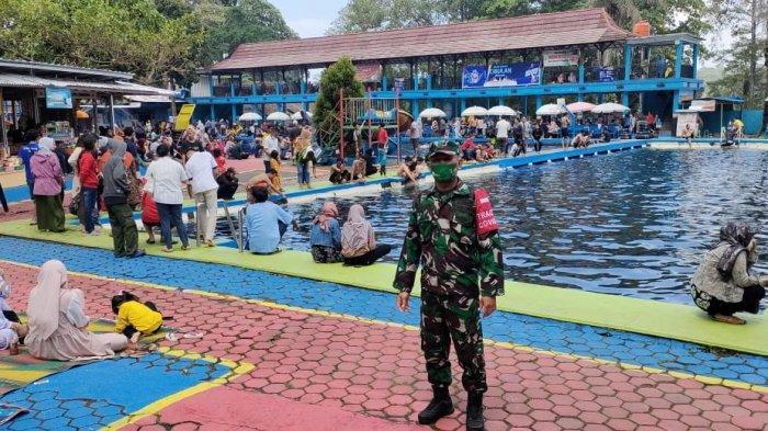 Petugas Satgas Covid-19 berjaga di Kolam Renang Cibulan di Desa Maniskidul, Kecamatan Jalaksana, Kuningan