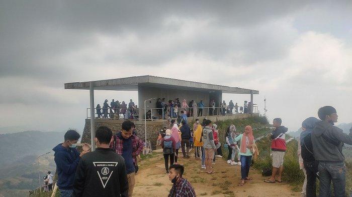 Situasi objek wisata Terasering Panyaweuyan Majalengka yang didapati pengunjung saat momen libur lebaran 2021.