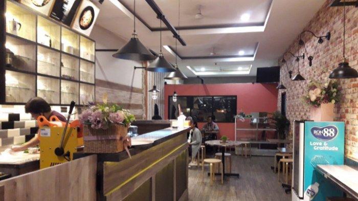 Suasana di dalam OMG Coffee yang terasa cukup luas dan nyaman.