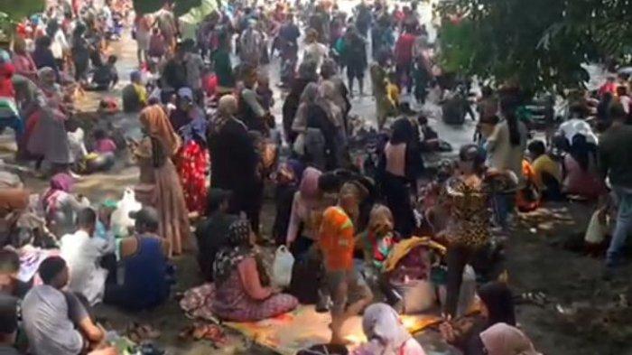 Tangkapan  layar video yang menayangkan begitu banyak dan padatnya wisatawan di Pantai Batu Karas, Kabupaten Pangandaran, Sabtu (15/5/2021)