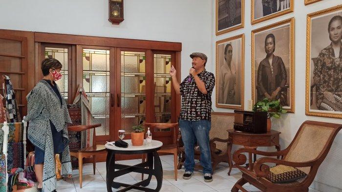 CEO The Lodge Group, Heni Smith (kiri) dan pelestari radio antik, Deni Kusuma, saat pameran di Herbal House, Jalan Sumur Bandung, Kota Bandung