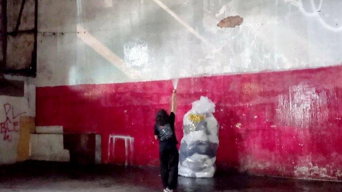 Ritual pembersihan oleh Tisna Sanjaya. Pada ritual tersebut, Tisna mencuci bagian-bagian dinding Eks Bioskop Dian yang kotor.