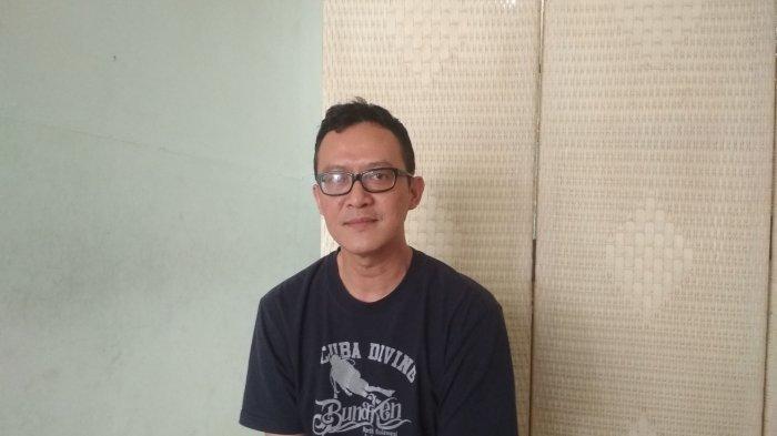 Risyad Erawan (44) pemilik Pangkas Rambut Sawargi yang berlokasi Jl. Saad No.16, Kb. Pisang, Kec. Sumur Bandung, Kota Bandung