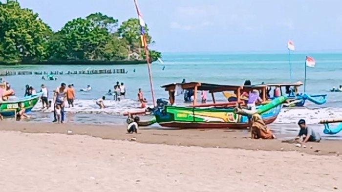 Perahu pesiar di Pantai Barat Pangandaran