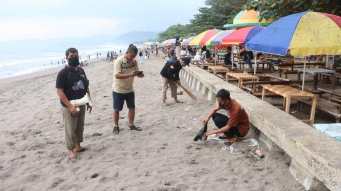 Pedagang membersihkan ruang terbuka hijau Pantai Citepus, Kabupaten Sukabumi, Senin (24/5/2021)