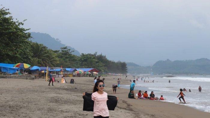 Wisatawan masih mengunjungi Pantai Citepus, Kecamatan Palabuhanratu, Kabupaten Sukabumi, di hari pertama penutupan objek wisata itu, Senin (24/5/2021).
