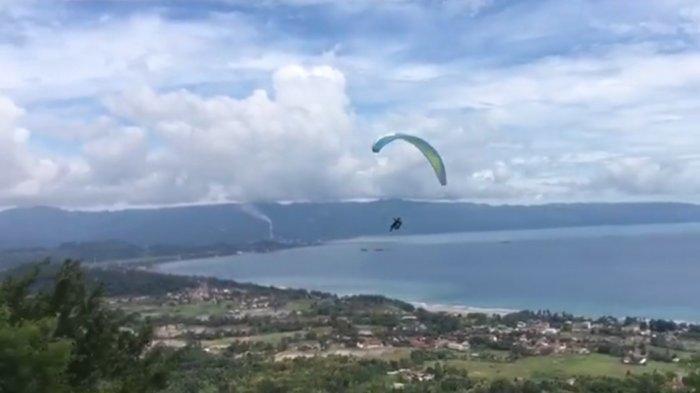 Wisata paralayang dari Gunung Haneuleum, Palabuhanratu, Kabupaten Sukabumi